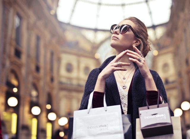 Jakie są zalety kupowania droższych ubrań?